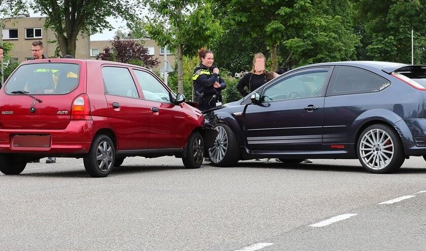 Auto's lopen veel schade op bij ongeval op Euterpelaan. (Foto: Charles Mallo, Foto Mallo)