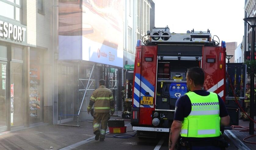De brandweer in de Heuvelstraat. (Charles Mallo, Foto Mallo)
