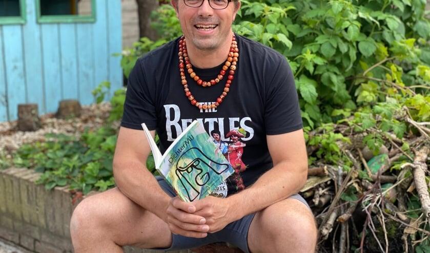 <p>Martijn Stevens&#39; eerste bundel DichterMij Kronkels & Observaties is vrijdag in de verkoop gegaan.</p>