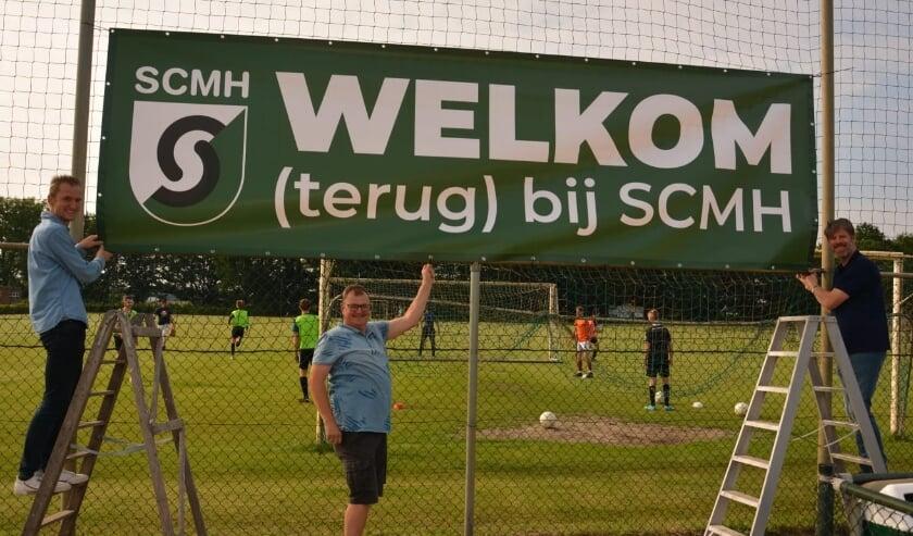 <p>Ruud vd Sanden, Rick vd Biggelaar en Will Kemps hangen het spandoek op zodat het ook zichtbaar is: Welkom (terug) bij SCMH.<br><br></p>