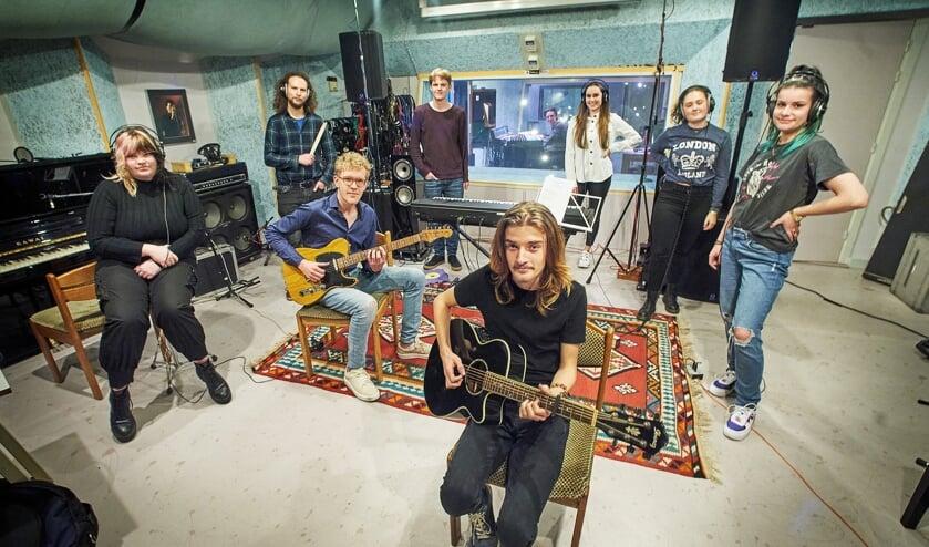 Remco Kuijs samen met zijn band.