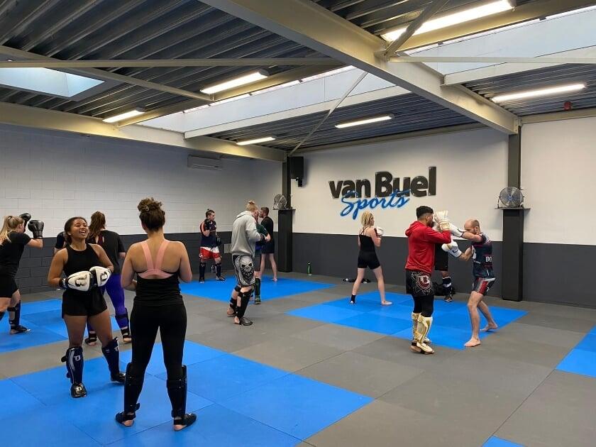 <p>Sporters bij Van Buel Sports.</p>