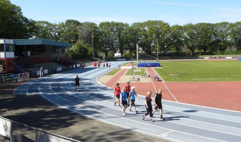 <p>Onder begeleiding van trainers maken deelnemers kennis met de beginselen van hardlopen.</p>