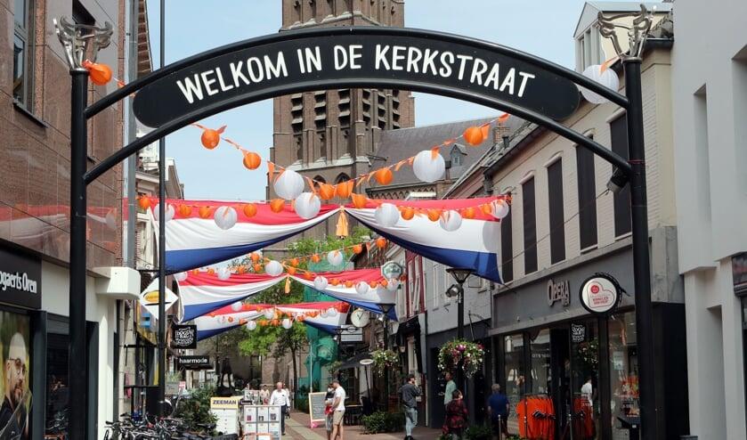 <p>De versierde Kerkstraat. (Foto: Hans van der Poel)</p>