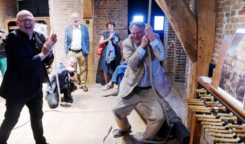 <p>Wethouder Huib van Olden trekt aan de bel. Tot groot plezier van beiaardier Joost van Balkom. (Foto: Henk van Esch)</p>