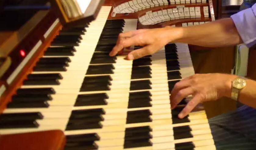 <p>We zoeken een organist/pianist die als eerste zich thuis voelt tussen senioren en die gewend is om kerkmuziek te spelen.</p>
