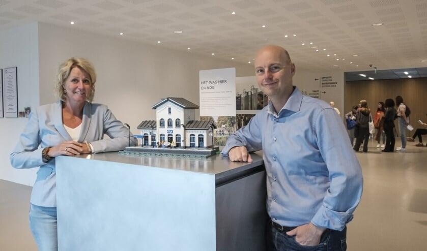 Liesbeth Prijt en Christian van der Velde poseren bij de van Lego-gemaakte replica van het station van Vught. (Foto: Jan van de Ven)