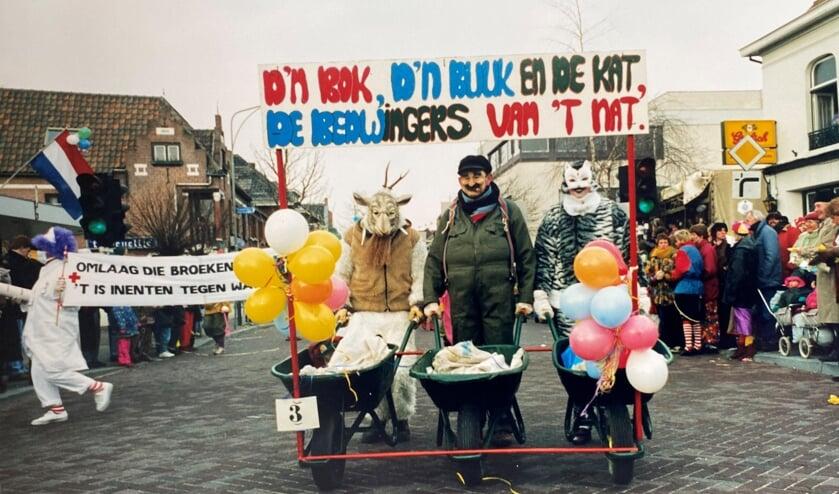 <p>Henk Wevers (midden) met zijn familieleden in de optocht van 1994.&nbsp;</p>