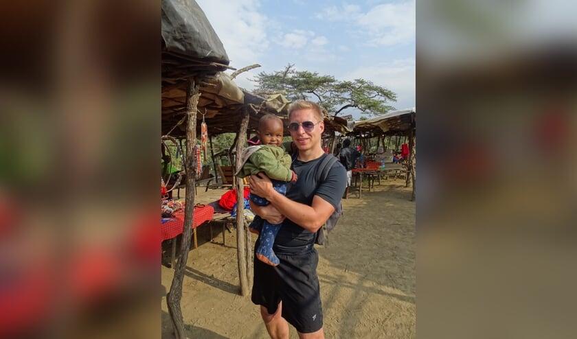 <p>Bob tijdens zijn bezoek aan Kenia.</p>