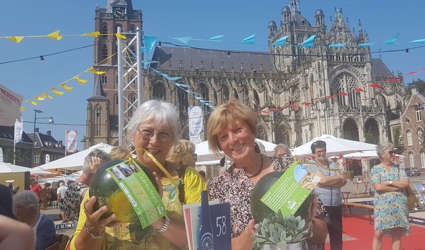 <p>Voor Marjo Feller en Marjo Verburg &ndash; de winnaars van de bridgedrive op 20 juli &ndash; lag er een watermeloen klaar. (Foto: Henk van Esch)</p>