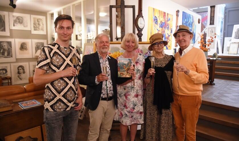 <p>Tomas van den Boom, Piet van den Boom, Kitty Hesen, Dali Rakutyte en Johannes van Rooij tijdens de boekpresentatie. (Foto: Henk van Esch)</p>