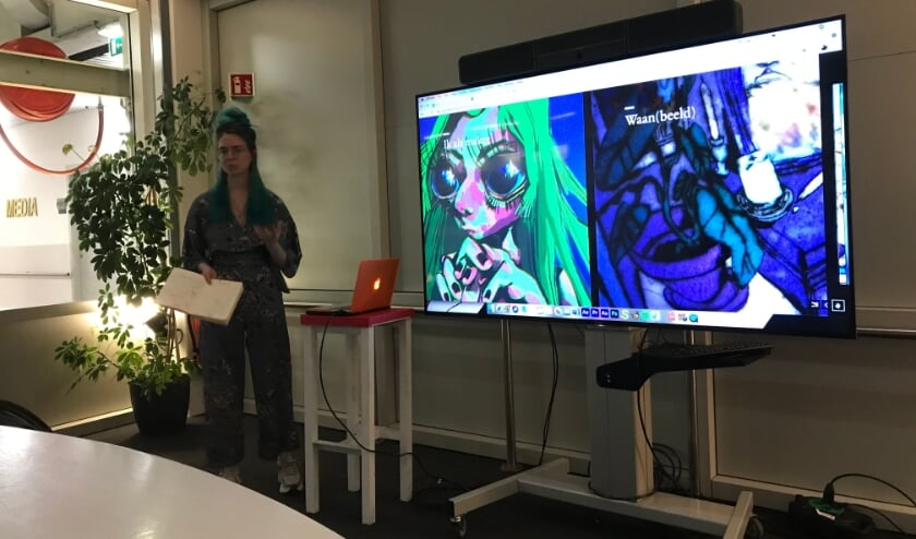 <p>Kunstenaar Mackenzie Fincham tijdens de overtuigende pitch van haar project &lsquo;Waan(beeld)&rsquo;.</p>