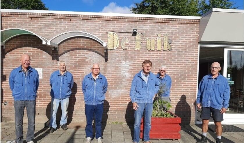 <p>Deze vrijwilligers zorgen ervoor dat het tennispark van TV De Schutskamp er altijd &#39;spik en span&#39; bij ligt. (Foto: TV Schutskamp)</p>