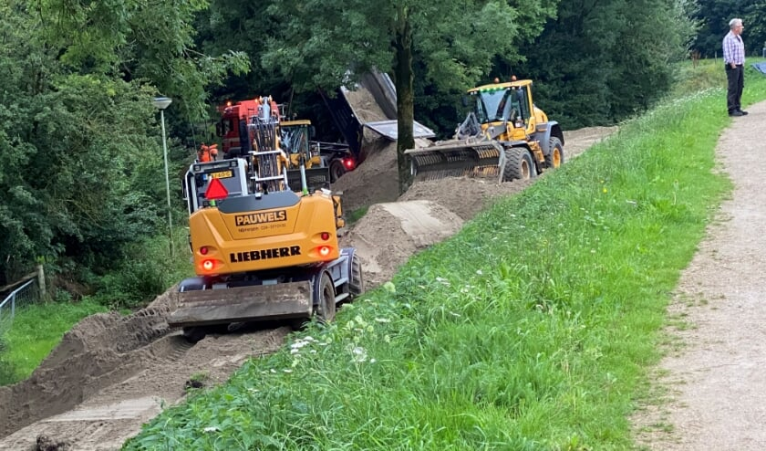 Er werd donderdagavond nog volop gewerkt aan de dijkverzwaring in Gennep.