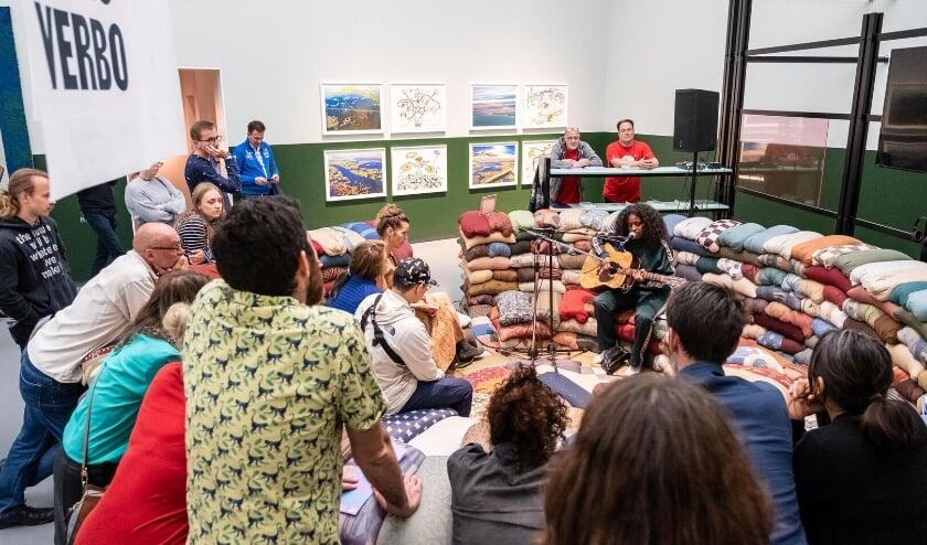 De Provinciale Noord-Brabant stelt een perspectiefbudget van 250.000 euro beschikbaar om makers in de culturele sector te stimuleren aanbod te ontwikkelen. Op de foto een optreden van William van der Voort tijdens Young Art Night in het Van Abbemuseum.