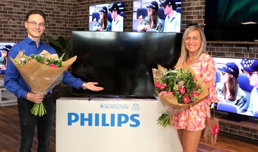<p>Silvia krijgt de prijs uit handen van Jordy van de Zanden (foto Hans van der Poel).</p>