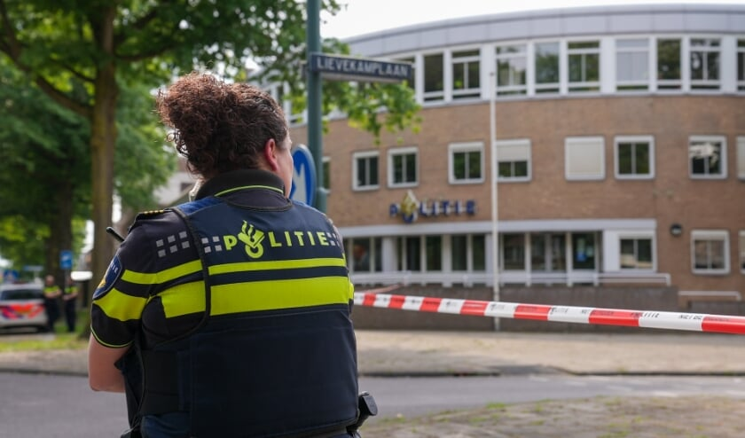 Bommelding bij politiebureau in Oss. (Foto: Gabor Heeres, Foto Mallo)