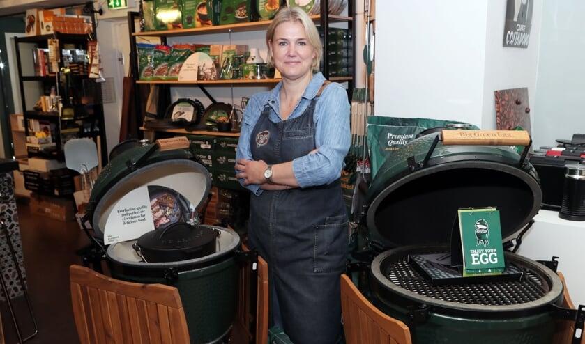 <p>Jacqueline Snellen tussen enkele exemplaren van de Green Egg (foto Hans van der Poel).</p>