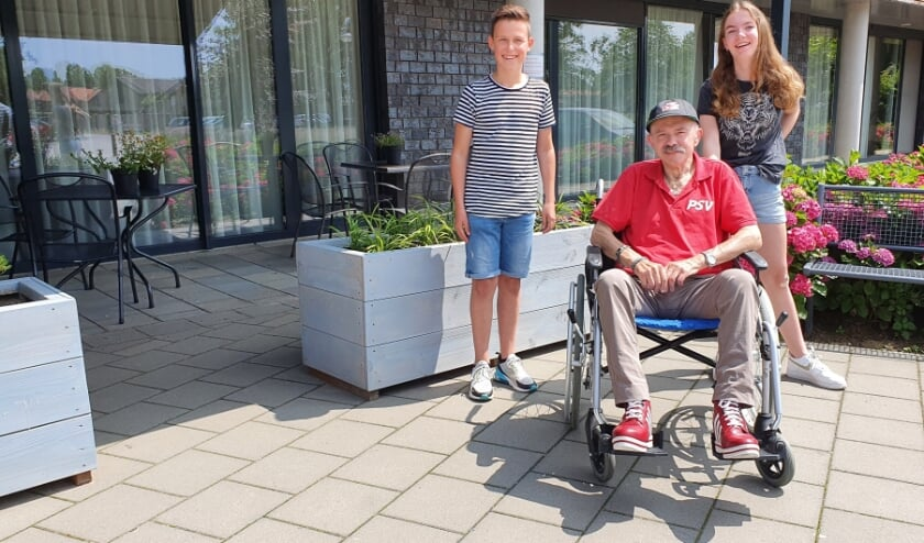 <p>Ryan, Fred en Anne voor een van de nieuwe bloembakken van zorgcentrum Symfonie in Boxmeer</p>