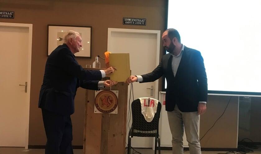 <p>Wethouder Ufuk K&acirc;hya overhandigt symbolisch de Lokale Inclusie Agenda 2021-2025 aan het Gehandicapten Platform &#39;s-Hertogenbosch in de persoon van Jo Gorter.</p>