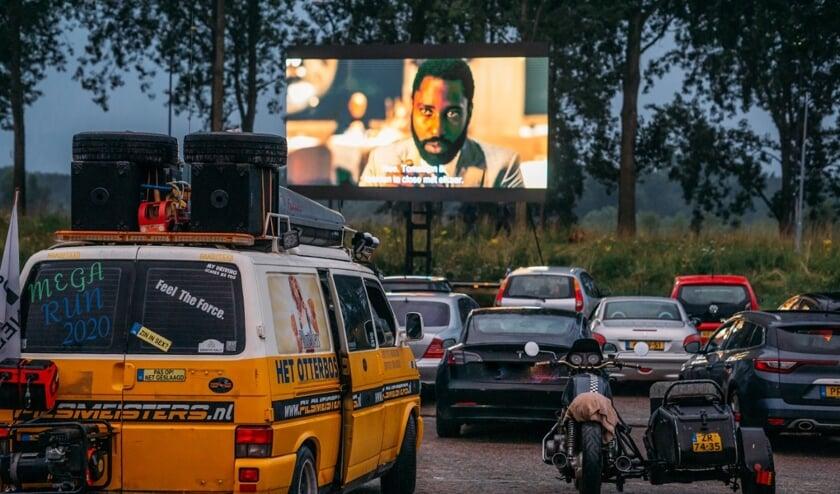 <p>Tijdens de eerste Bossche drive in bioscoop van 2021 konden de bezoekers vanuit hun eigen auto weer genieten van topfilms. (Foto: Anne op &#39;t Hoog)</p>