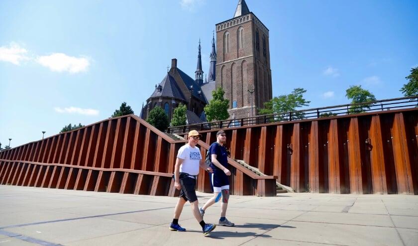 In Cuijk is een handjevol lopers bezig met de Alternatieve Vierdaagse.