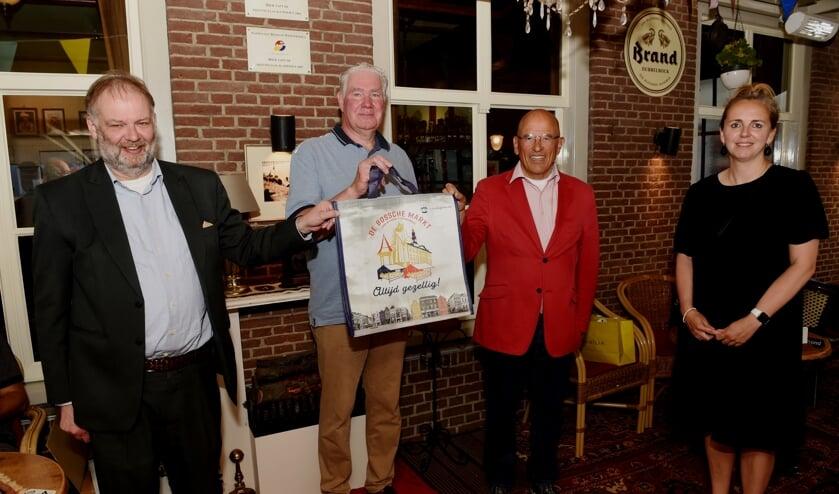 <p>Op 3 juli werden de eerste honderd Bossche Markttassen overhandigd. Op de foto van links naar rechts wethouder Jan Hoskam, John Verzantvoort, Lodie Hofland en Manon van der Ven.</p>