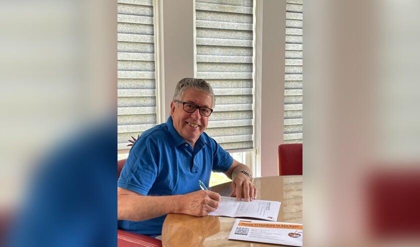 <p>Ton van Summeren ondertekent een modelovereenkomst voor structurele donatie.</p>