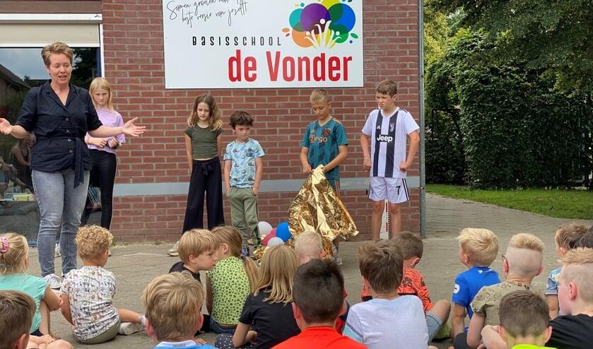 <p>Schooldirecteur Marcella van Wanroij (links) licht het nieuwe logo van De Vonder toe.&nbsp;</p>