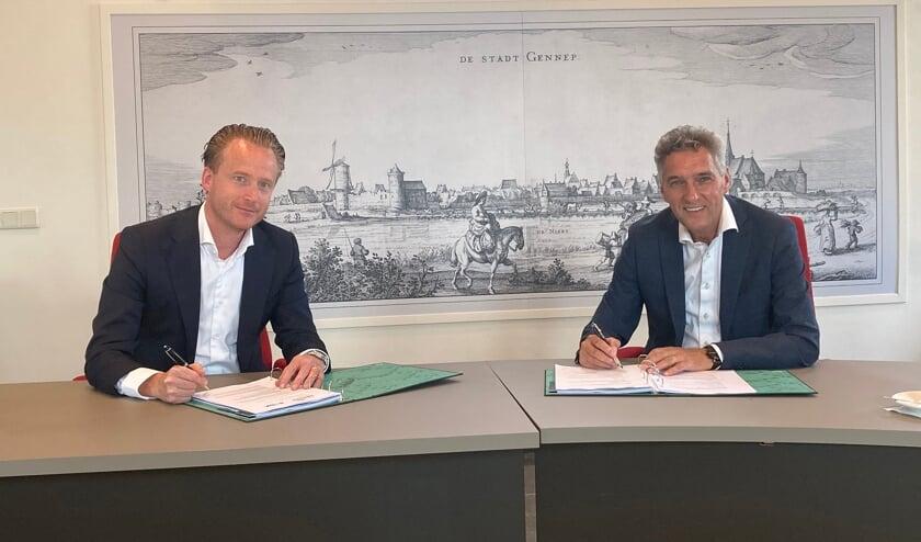 Mark Janssens van SDK Vastgoed en burgemeester Hans Teunissen tekenen de overeenkomst grondverkoop Gennepermolen.