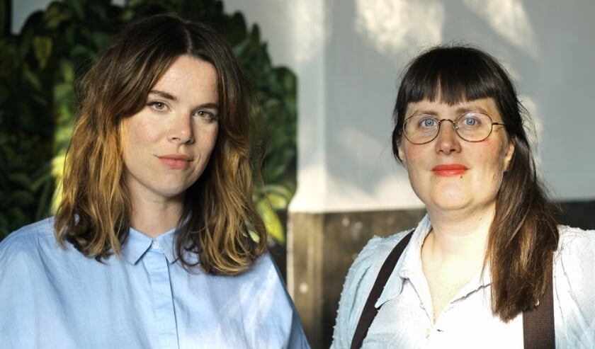 Roos van den Oetelaar (links) en Marie-Louise Wasiela nemen definitief het stokje over in het Grafisch Atelier Den Bosch.