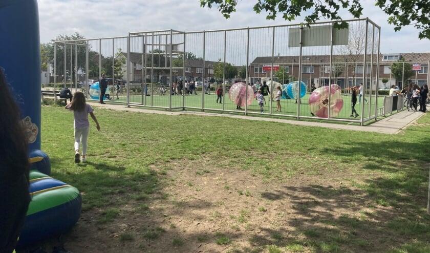 Een buitenspeeldag in Veghel-Zuid. Bumperbal staat deze zomer weer op het programma.