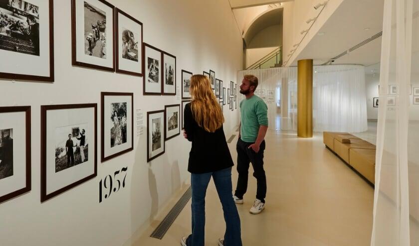 <p>De foto&rsquo;s die in Het Noordbrabants Museum worden getoond geven een inkijkje in het leven van Dali. (Foto: Jan-Kees Steegman)</p>