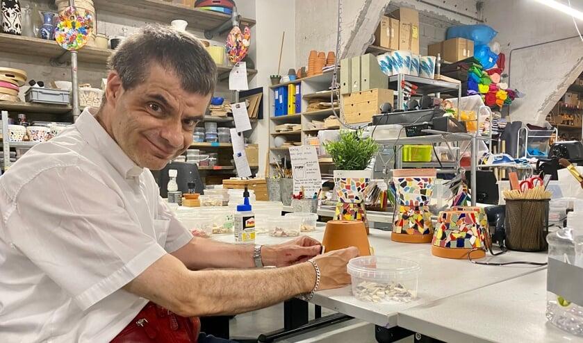 <p>Dirk is druk bezig met het maken van bloempotjes voor Blauw Geel.</p>