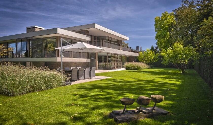 Sparq Tuinen zijn spraakmakend, speels chic en worden gekenmerkt door divers materiaalgebruik. Zo ook deze tuin die het bedrijf in Den Bosch heeft gerealiseerd.
