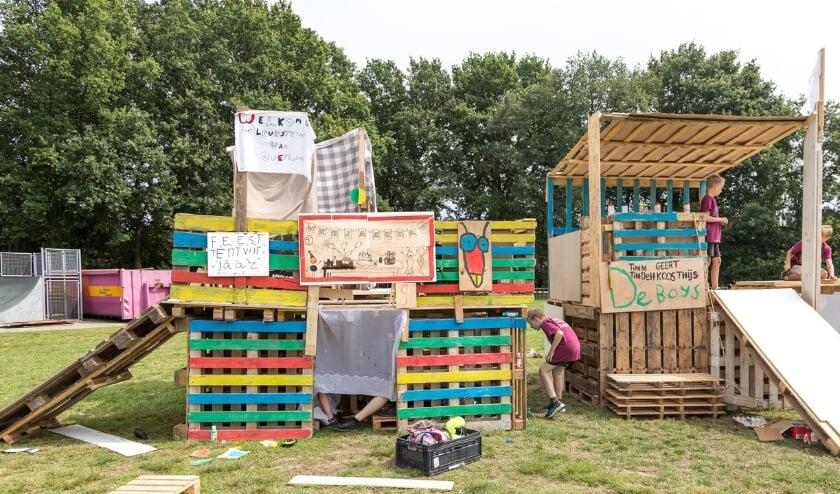 Het bouwen van prachtige hutten blijft één van de leukste onderdelen van de Kindervakantieweek. (Foto: Albert Hendriks)