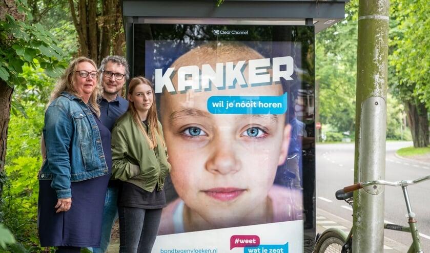De ouders en de zus van de overleden Anne bij de poster Kanker wil je nóóit horen.