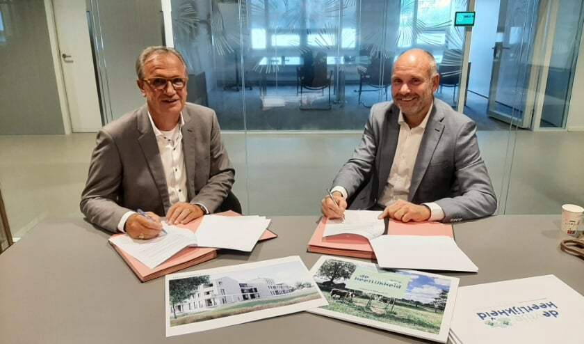 <p>Wethouder Jan Goijaarts en Robert Hellings van Cedrus Vastgoed tekenen de koopovereenkomst.</p>
