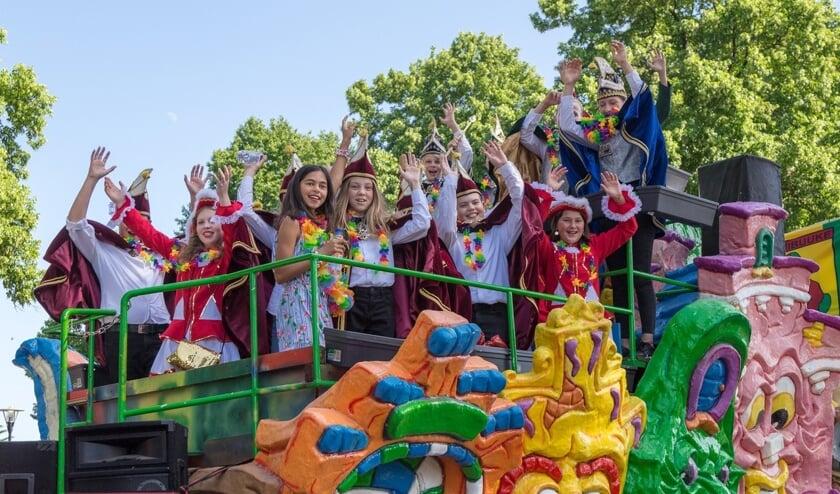 <p>De prinsenwagen, met daarop jeugdprins Koen en Prinses Roos en de jeugdraad van elf. (Foto: Albert Hendriks)</p>