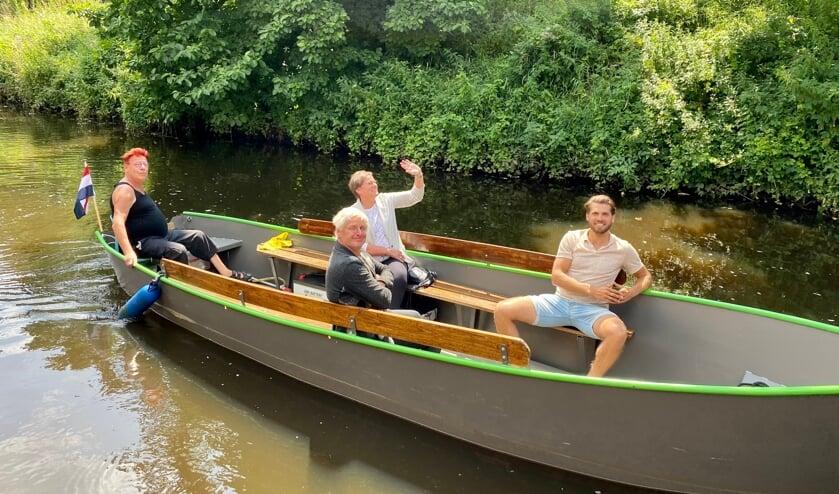 <p>Rene Hildesheim (links) had samen met Coby van der Pas, Peter van Dijk en Rick Terwindt de eer om het eerste tochtje in de fluisterboot te maken.</p>