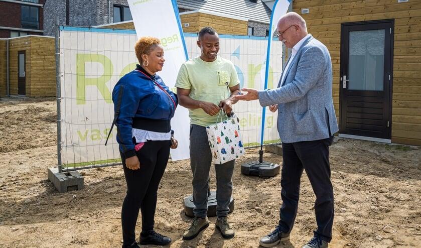 <p>Wethouder Maarten Jilisen overhandigt de sleutels aan de bewoners van nummer 8. (Foto: &copy; Patrick Bongartz Fotografie)</p>