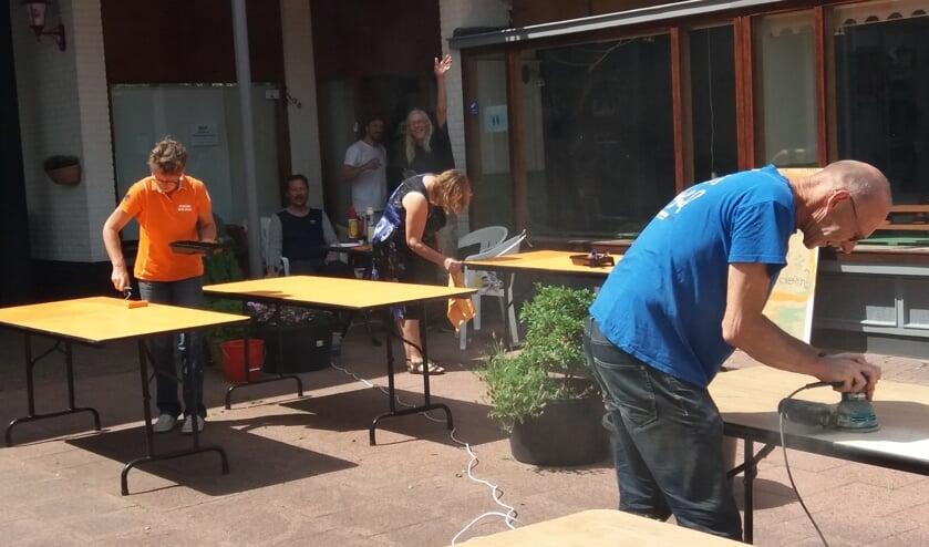 <p>Vrijwilligers uit de buurt verven de tafels van Station Zuid. Het is de bedoeling dat het gaat bruisen bij Station Zuid.&nbsp;</p>