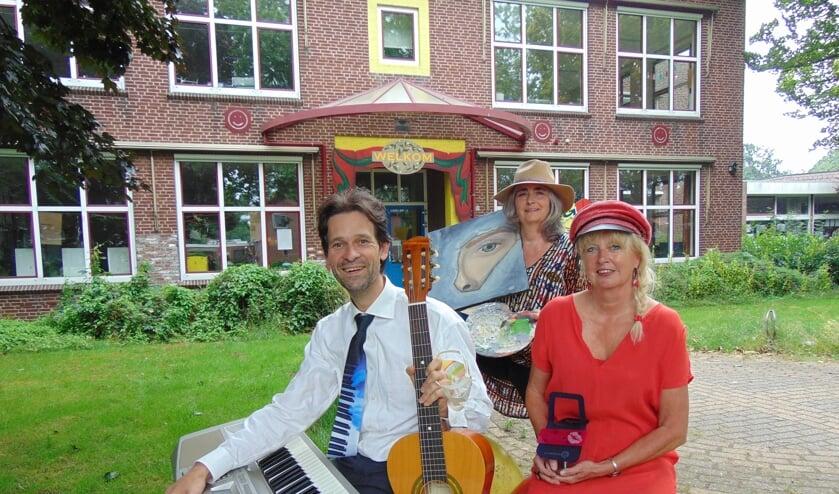 Steven, Birgit en Gertie (v.l.n.r.) voor het toekomstige cultureel centrum? (foto: Dorry Smeets)