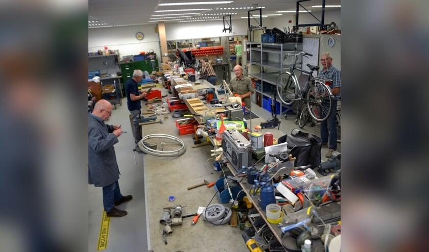 <p>In totaal werken er dertig gepensioneerde vakmensen bij de Solidariteitswerkplaats. (foto: Henk Lunenburg)</p>