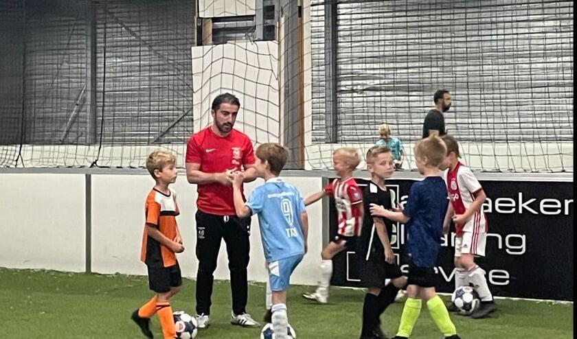 <p>Murat Korkmaz geeft uitleg aan de talenten van de Meliani Voetbalschool.</p>