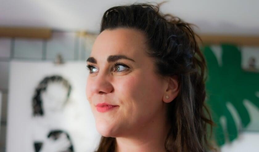 <p>Haar tv-optreden heeft MadameRuiz - het pseudoniem van inkt-portret-kunstenares Miriam Groenen-Ruis - bepaald geen windeieren gelegd. De aanvragen voor portretten stromen sindsdien binnen. (Foto: IMMEhard)</p>