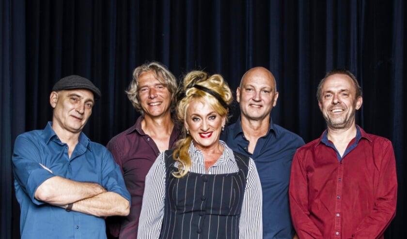 <p>Karin Bloemen en de Old School Band. (foto: Rob Becker)</p>