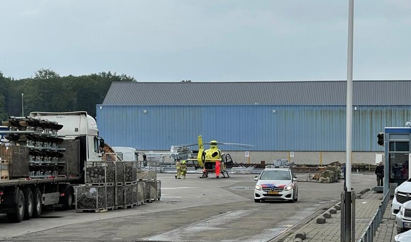 Een persoon werd met een traumahelikopter afgevoerd.