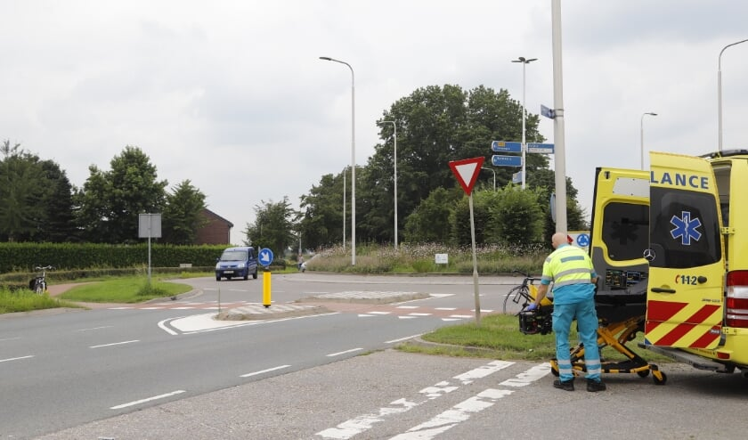 De fietser is per ambulance overgebracht naar het ziekenhuis.