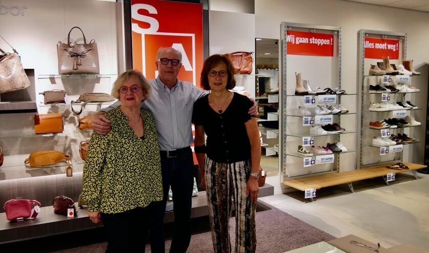 <p>Anneke, Stephan en Rika van den Hoogen nemen afscheid van Van Es Shoes, Bags &amp; Fashion.</p>